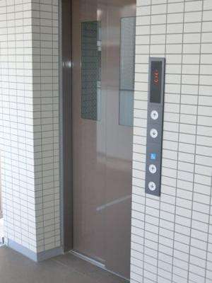 エレベーターがあるので荷物の多いときも、疲れた帰り道も助かります♪8階まで上がるのもラクチンです♪