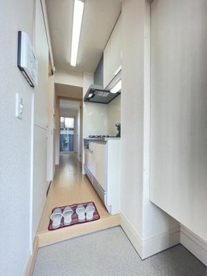 玄関から室内への景観です♪右手にキッチン、左手に洗面所・浴室・トイレがあります☆
