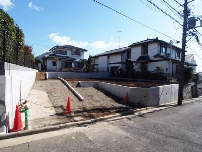 JR東海道本線「横浜」駅よりバス利用可、バス停より徒歩約3分です。