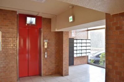 エレベーターは防犯カメラ付で安心です。