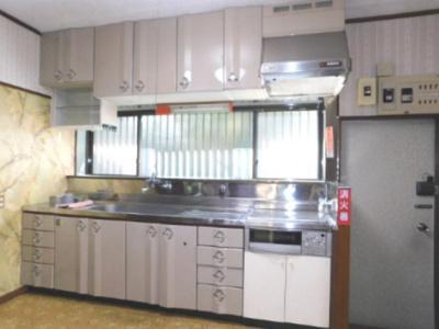 タカラのシステムキッチンは耐久性もありガラス質のキッチンパネルはとても綺麗です