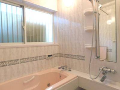 窓も大きくゆったり過ごせるお風呂です