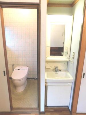 寝室には専用トイレと洗面所があります