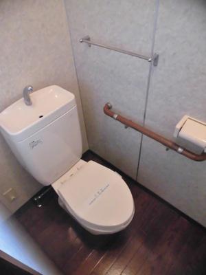 人気のバストイレ別です♪窓のあるトイレで換気もOK☆嫌なニオイがこもりません♪横にはタオルを掛けられるハンガーもあります☆
