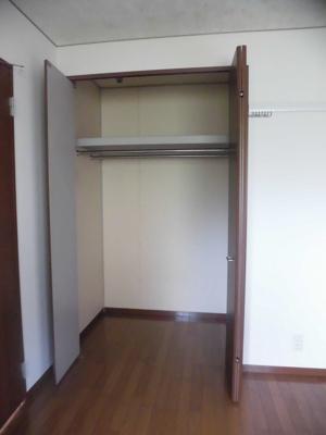 玄関側、洋室5.5帖のお部屋にあるクローゼットです♪ハンガーパイプが2本あるのでお洋服もたっぷり収納できます♪