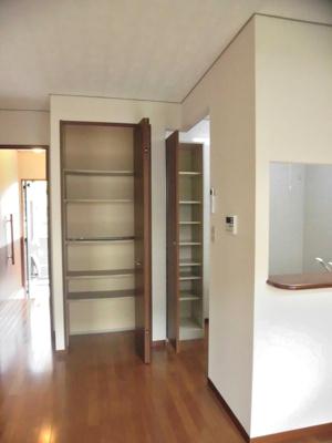 リビングダイニングキッチンにある収納スペースです♪高さがある収納スペースで日用品などを収納するのに便利ですね☆