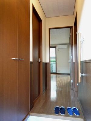 玄関から室内への景観です!右手に洋室5.5帖のお部屋、左手に洗面所があります★