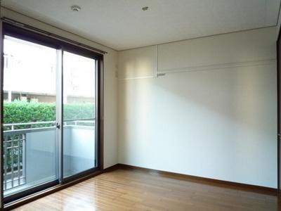 バルコニーに繋がる南西向き洋室5.5帖のお部屋です!壁にはピクチャーレールがあり、絵や写真が飾れます☆ハンガー掛けとしても便利!