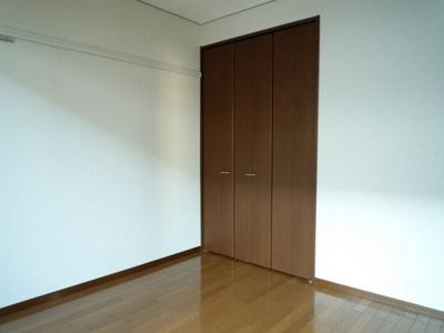 クローゼットのある南西向き洋室5.5帖のお部屋です☆お洋服の多い方もお部屋が片付いて快適に過ごせますね♪