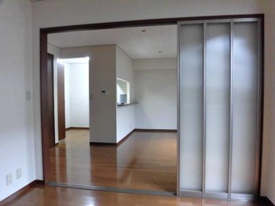 リビングダイニングキッチンと南西向き洋室5.5帖の間に可動間仕切りがあります♪開けるとお部屋が広く感じられます☆