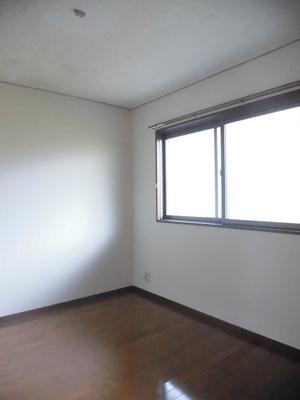 玄関から入って右手にある洋室5.5帖のお部屋です♪子供部屋や書斎・寝室など多用途に使えそう♪