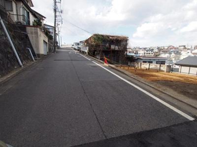 前面道路は幅約6.1mと、車庫入れもスムーズに行っていただけます。