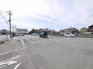 ゆとりのある駐車場です