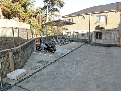 屋根付きの駐輪場で雨が降っても大切な自転車が濡れなくてすみますね♪バイク置き場も完備しています!