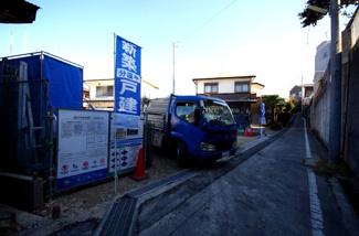 1号棟 前面道路含む現地(2018年02月)撮影 前面道路は少し狭くなっておりますが、開口はゆったり7.5m。