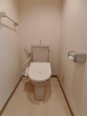 人気のシャワートイレ・バストイレ別です♪シャワートイレ必須という方も安心!横にはタオルを掛けられるハンガーもあります♪