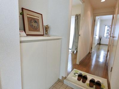 シューズボックス付きで玄関すっきり片付きます!上に写真やインテリアなどを置けるので、玄関を華やかに飾れますね♪