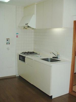 白を基調とした清潔感のあるシステムキッチンです!場所を取るお鍋やお皿もたっぷり収納できてお料理がはかどります♪