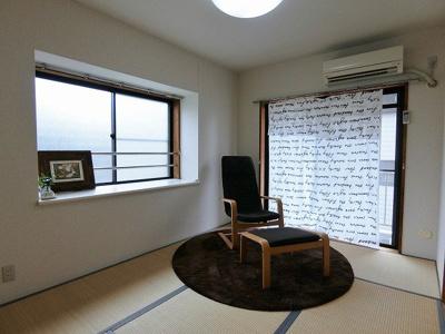 バルコニーに繋がる南西向き角部屋二面採光6帖の落ち着く和室です!エアコン付きで1年中快適に過ごせますね☆
