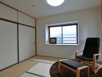 天袋付き押入れのある南西向き和室6帖のお部屋です☆寝具をすっきり収納できるので和室は寝室にもオススメ!出窓には写真などを飾れます☆