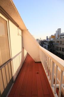 広々開放的なリビング、多くの窓による採光の確保が叶った憩いの空間。