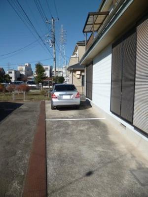 駐車場1台付きです☆いつでも目の届く敷地内に駐車場があるので、お車をお持ちの方にはオススメ♪