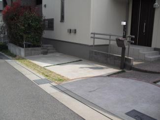 3台停められます! 前面道路側の駐車スペースです! こちらはルーフがないので高さのあるお車も駐車が可能です! ここにも水道が設置されていますので洗車も可能です!!