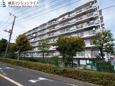 JR横須賀線「保土ヶ谷」駅よりバス利用可、バス停より徒歩約7分の、緑豊かで閑静な住宅街に立地しています。