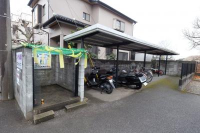 バイクも置ける屋根付き駐輪場です