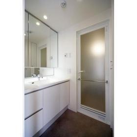 大きな鏡・収納スペースもたっぷりの洗面所
