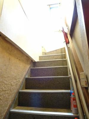 鮨若ビル お店の手前の階段から2階へ上がります。