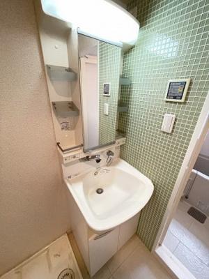 人気のバス・トイレ別です♪冬に特に嬉しい暖房便座機能も完備☆小物を置ける便利な棚やタオルハンガーも付いています♪