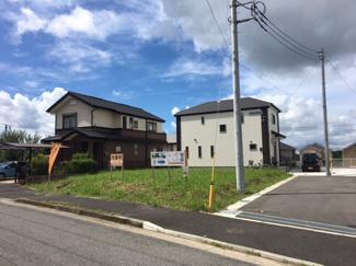 グランファミーロおゆみ野中央Ⅱ 新築一戸建て 鎌取駅 周辺は一戸建てが並ぶ綺麗な開発分譲地です。前面道路が広くゆったりとしてますので、見通しが良く車の出入りがラクラク♪