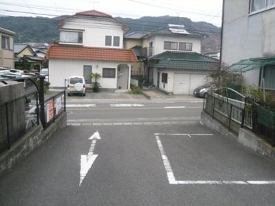 2方向の道路に面しています。