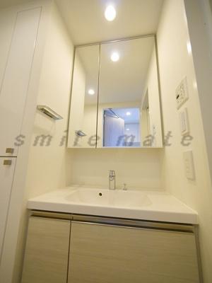 二面鏡・朝の身支度に便利な独立洗面台です。