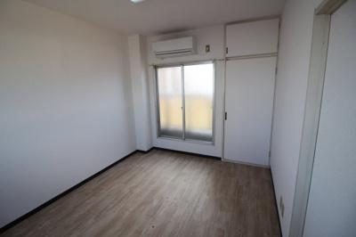 洋室6帖の明るい寝室です