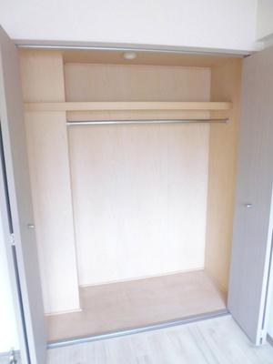 洋室5帖のお部屋にあるクローゼットです♪クローゼットが2ヶ所あるのが便利ですよね!