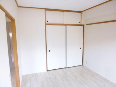 収納スペースのある南東向き洋室6帖のお部屋です!荷物をたっぷり収納できてお部屋すっきり片付きます☆