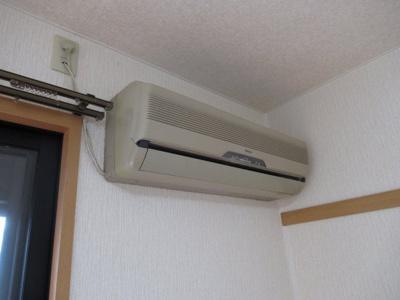 洋室にエアコンが付いています
