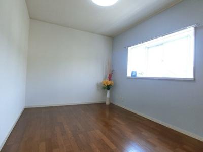 2階・洋室5.6帖のお部屋は収納スペース付き☆お部屋がすっきり片付きます♪出窓があるのでインテリアを飾って楽しむこともできます☆