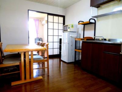 ダイニングテーブル・椅子・冷蔵庫・レンジ・棚