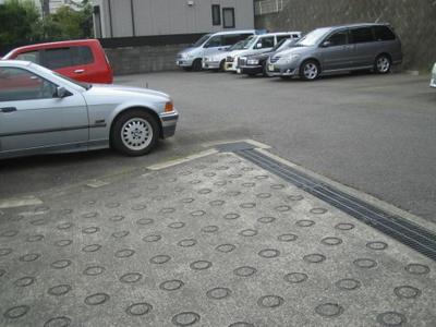 近隣には駐車場があります!荷物がかさばりがちなお買物にも、車があると便利ですよね☆