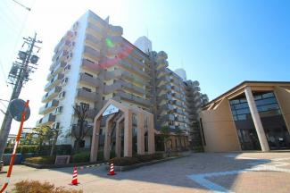 名鉄小牧線「小牧原」駅に程近い、南館・北館あわせて192戸の大型マンション。