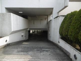地下駐車場への入口です