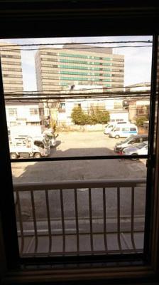和室より撮影。 前面が駐車場になっているので風通し良好。