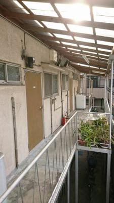 共同廊下部分 洗濯機は玄関前に設置可能です。