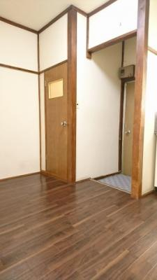 左がトイレ、右側が玄関になります。