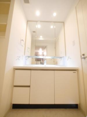 三面鏡・大きな鏡の綺麗な独立洗面所です。