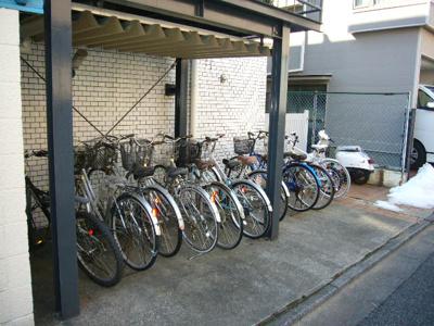 建物の裏側にある自転車置き場!