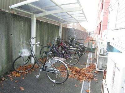 屋根付きの駐輪場があるので雨が降っても大切な自転車が濡れません☆駅から自転車もオススメです♪